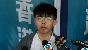 Demokratiaktivisten Joshua Wong håller presskonferens.