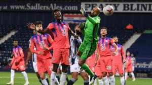 Chelseamålvakten Willy Caballero försöker tillsammans med lagkamrater nå en hög boll.