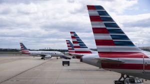 Världens tredje största flygbolag American Airlines måste hålla allt fler flygplan på marken på grund av coronapandemin.
