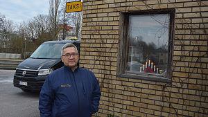 Äldre man vid taxistationen i Pargas.