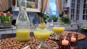 Ananasdryck i två glas.