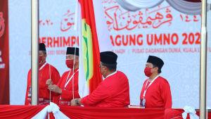 Det största politiska partiet UMNOs ledare  Ahmad Zahid bin Hamidi hissade upp partiets flagga då UMNO inledde sin årliga kongress i mars.