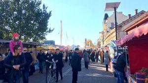 Strömmingsmarknaden vid åstranden i Åbo .