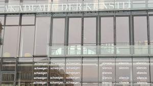 Eugen Gomringers dikt silencio på fasaden till Akademie der Künste i Berlin