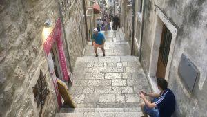 Trapporna ner mot Dubrovniks Gamla stads huvudgata Stradun