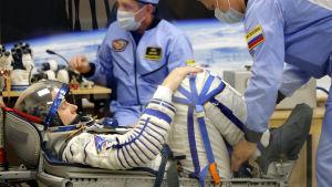 Astronauten Nick Hague testar sin rymddräkt inför starten mot ISS 11.10.2018.