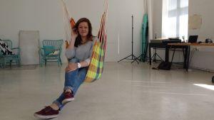 Julia Ingo i kollektivet och studion Spinneriet, i Ekenäs.