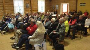 70 personer sitter samlade i Byahemmet i Gammelby för att få mer info om vindkraftverk