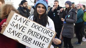 Unga läkare demonstrerar mot situationen inom den offentliga sjukvården i London i januari 2016.