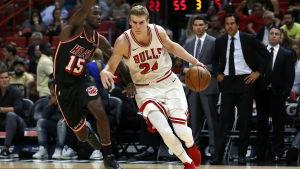 Okaro White och Lauri Markkanen kämpar om bollen i NBA.