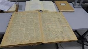 En tjock bok med gamla tidningsurklipp. Arkivmaterial