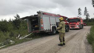 Markbrand släcks i Norra Paipis i Sibbo.