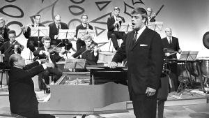 Oopperalaulaja Matti Salminen esiintyy, flyygelin ääressä George de Godzinskyn orkesterin kanssa.