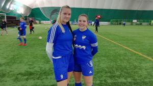 Fotbollsspelarna Nellie Peltonen och Ida Antus i Fenniahallen.