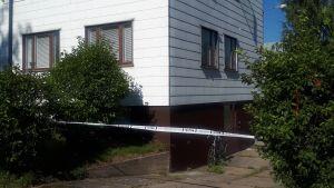 Polisavspärrning utanför vitt egnahemshus.