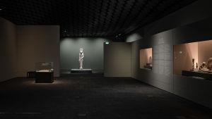 Staty av lejongudinnan Sekhmet på Amos Rex utställning Egyptens prakt.