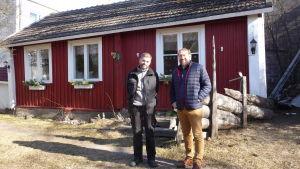 """Mats Bäckman och Fredrik MArtin står utanför """"Margits stuga"""", ett hus från slutet av 1700-talet som fungerar som loppis och sommarcafé i Ekenäs."""