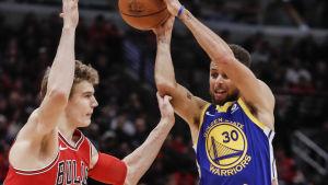 Lauri Markkanen i farten mot Stephen Currys Golden State.