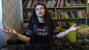 Alina Petrovitj vill påverka och minska våldet i hemmen. Hon slår ut med armarna och ser upprörd ut.