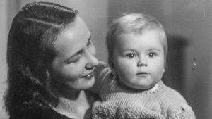 Författaren Mirjam Tuominen håller sin dotter Kyra Korsström i famnen 1941.