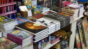 Bokhandel. Ett bord med många böcker, främst av lokala författare.