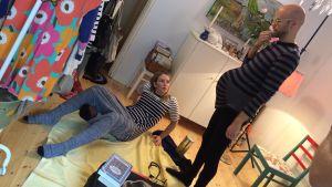Heikki Soini ja kätilö Jenna synnytysasentoa etsimässä