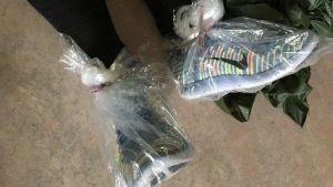 Heimlagad regnskydd för fötterna gjort av plastpåsar