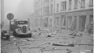 Splitter och bråte på gatan efter bombardemang.