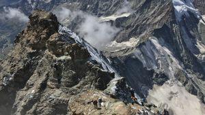 Vuoristoretkeilijöitä Alpeilla