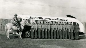 Bob Wills ratsailla keikkabussin ja orkesterin vieressä, 1941. Arkistokuva dokumenttisarjasta Countrymusiikki.