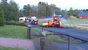 Ny asfalt på Täktervägen, med asfaltmaskiner på vägen.