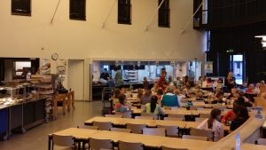 HRSK:n ruokasali alakoulun lounasaikaan