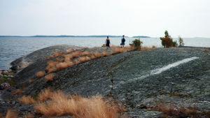 människor som står på klippor