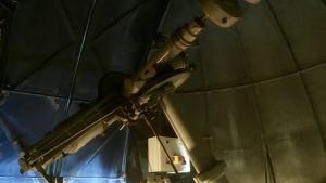 Teleskop i observatorium.