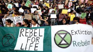 Flera indiska studerande på klimatmatsch i Bangalore i Indien.