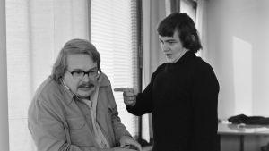 Kari Franck osoittaa sormella Martti Tschokkista kuunnelmassa Narri kartanon valtiaana.anen.