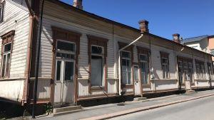 Ett gammalt beige hus på Drottninggatan i Lovisa.