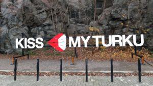 Reklamskylten Kiss My Turku i Åbo har försetts med ett stort, vitt munskydd.
