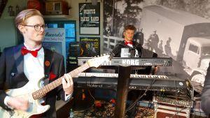 Gitarrist och keybordist i Guns Rosor spelar.