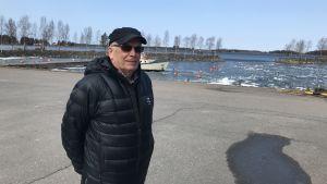 Leif Sund vid Långskärs fiskehamn i Sundom, Vasa.