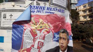 En politisk reklamskylt i den serbiska delen av staden Mitrovica i Kosovo