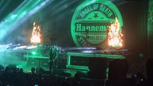 Slayer live 8.12.2018 med Jeff Hanneman-tributlogo på väggen.