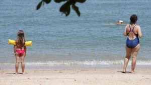 Turister på strand i Pattaya