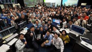 Ingenjörer från ISAS firar att rymdsonden Hyabusa2 landat på Ryugu.