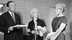 Näyttelijät Unto Salminen, Ansa Ikonen ja Maija-Liisa Peuhu studiossa vuonna 1963.