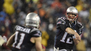 Tom Brady kastar bollen åt Julian Edelman.