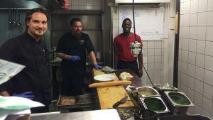 Köksarbetare jobbar på i restaurang Blanko i Åbo.