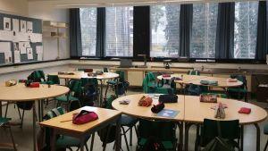 Tyhjä alakoulun luokkahuone välitunnin aikaan.