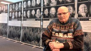 Sulo Aalto på utställningen Viimeiseen mieheen, till siste man på Riksdagsbiblioteket.