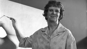 Kylli-täti Kylli Koski piirtää ja maalaa Satusivellin-ohjelmassa 1963